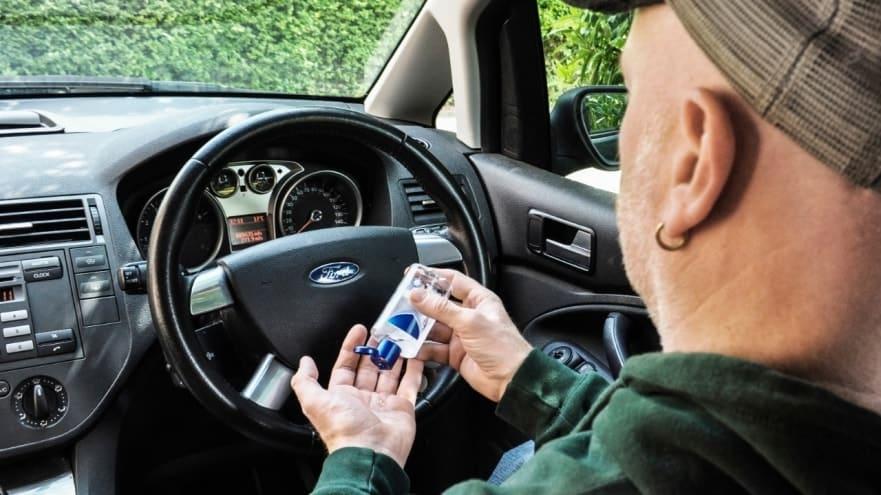 Gel hydroalcoolique désinfecter volant voiture
